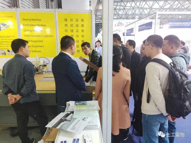 客户参观富怡包装盒专用平板切割机3.jpg